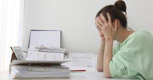 工作在办公室的被用尽的妇女 股票视频