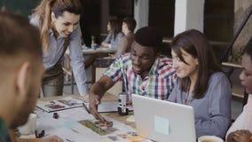 工作在办公室的年轻企业队 一起谈论混合的族种人的房子的建筑设计 影视素材