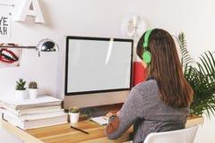 工作在办公室的年轻创造性的妇女 免版税图库摄影