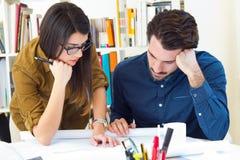 工作在办公室的年轻建筑师队 免版税库存图片