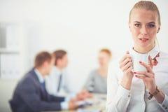 工作在办公室身分的一个少妇的画象 15个妇女年轻人 库存照片