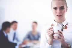 工作在办公室身分的一个少妇的画象 15个妇女年轻人 免版税库存图片
