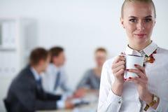 工作在办公室身分的一个少妇的画象 15个妇女年轻人 库存图片