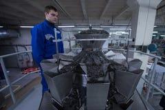 工作在包装的宽松食物机器的工作者 免版税库存图片