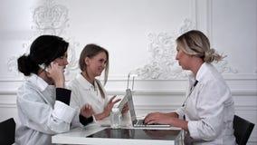 工作在医疗办公室的女性医生 免版税库存照片
