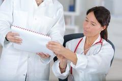 工作在医疗办公室的队医生 免版税库存照片