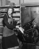 工作在印刷店的妇女(所有人被描述不更长生存,并且庄园不存在 供应商保单那里将 免版税库存照片