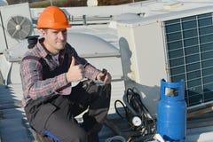 空调器安装工Thumbsup 图库摄影