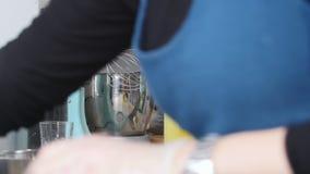 工作在厨房的厨师 做调味汁和倾吐它成瓶 股票录像