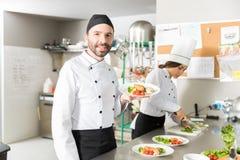 工作在厨房里的专业厨师 免版税库存图片