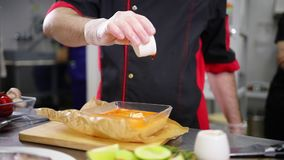 工作在厨房里的厨师 加在汤的调味汁 影视素材