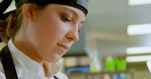 工作在厨房里的女性厨师在餐馆4k 影视素材