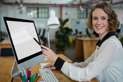 工作在台式计算机的愉快的妇女 库存照片