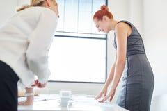 工作在合作的女实业家 免版税库存图片