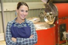 工作在咖啡工厂的妇女 免版税库存照片