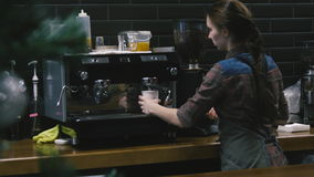 工作在咖啡店的女孩 影视素材