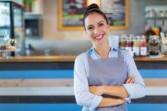 工作在咖啡店的妇女 免版税库存图片