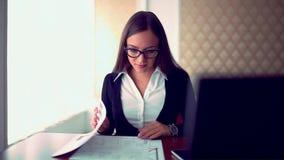 工作在咖啡有文件的女商人商店 与片剂的少女坐的生活方式在咖啡馆 严重 股票录像