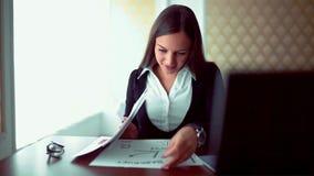 工作在咖啡有文件的女商人商店 坐与在咖啡馆生活方式的片剂的少女 严重 股票视频