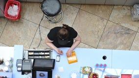 工作在咖啡馆的女性出纳员 影视素材