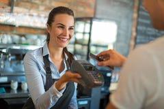 工作在咖啡馆的妇女 免版税库存图片