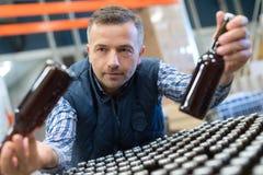 工作在啤酒厂的快乐的人 免版税图库摄影