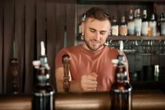 工作在啤酒轻拍的侍酒者 免版税库存照片