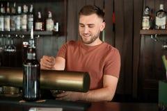 工作在啤酒轻拍的侍酒者 免版税库存图片
