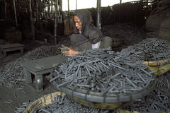 工作在回收的孟加拉国的妇女电池 免版税库存照片