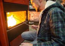 工作在固体燃料的锅炉的人们 免版税库存图片