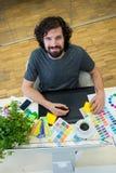 工作在图形输入板的图表设计师在他的书桌 免版税库存图片