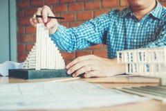 工作在图纸的办公室的建筑师或工程师 建筑师 库存照片