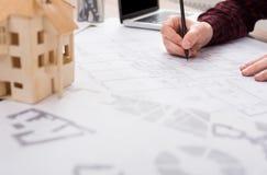 工作在图纸的建筑师在办公室 库存图片