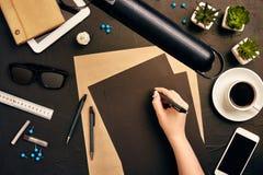 工作在图纸的建筑师 建筑师工作场所-建筑项目,图纸,片剂个人计算机 工程学工具 库存图片