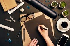 工作在图纸的建筑师 建筑师工作场所-建筑项目,图纸,片剂个人计算机 工程学工具 免版税库存照片