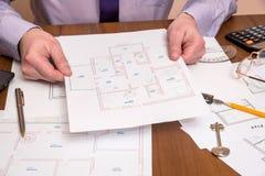 工作在图纸的建筑师 图库摄影