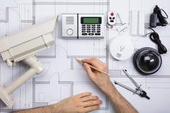 工作在图纸的男性工程师用安全设备 免版税库存图片