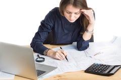 工作在图纸的年轻女性建筑师 免版税库存照片
