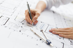 工作在图纸的建筑师 免版税库存照片