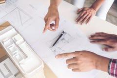 工作在图纸,工程师会议的建筑师与pa一起使用 图库摄影