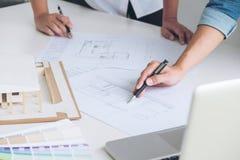 工作在图纸,工程师会议的建筑师与pa一起使用 库存照片