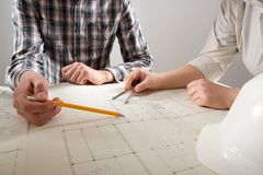 工作在图纸,房地产项目的建筑师 建筑师工作场所-建筑项目,图纸,统治者 免版税库存图片