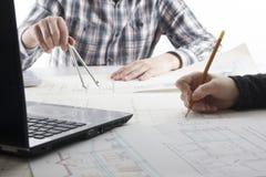 工作在图纸,房地产项目的建筑师 建筑师工作场所-建筑项目,图纸,统治者 库存图片