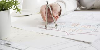 工作在图纸,房地产项目的建筑师 建筑师工作场所-建筑项目,图纸,统治者 图库摄影