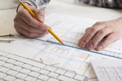 工作在图纸,房地产项目的建筑师 建筑师工作场所-建筑项目,图纸,统治者 免版税库存照片