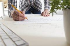 工作在图纸,房地产项目的建筑师 建筑师工作场所-建筑项目,图纸,统治者 库存照片