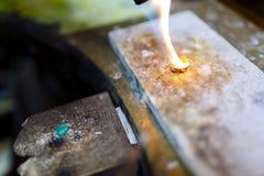 工作在圆环的冶金匠 免版税库存图片