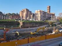 工作在地铁的建筑旁边在罗马,意大利 图库摄影