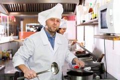 工作在外带的专业厨师 库存照片