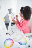 工作在她的书桌的偶然图表设计师 免版税图库摄影
